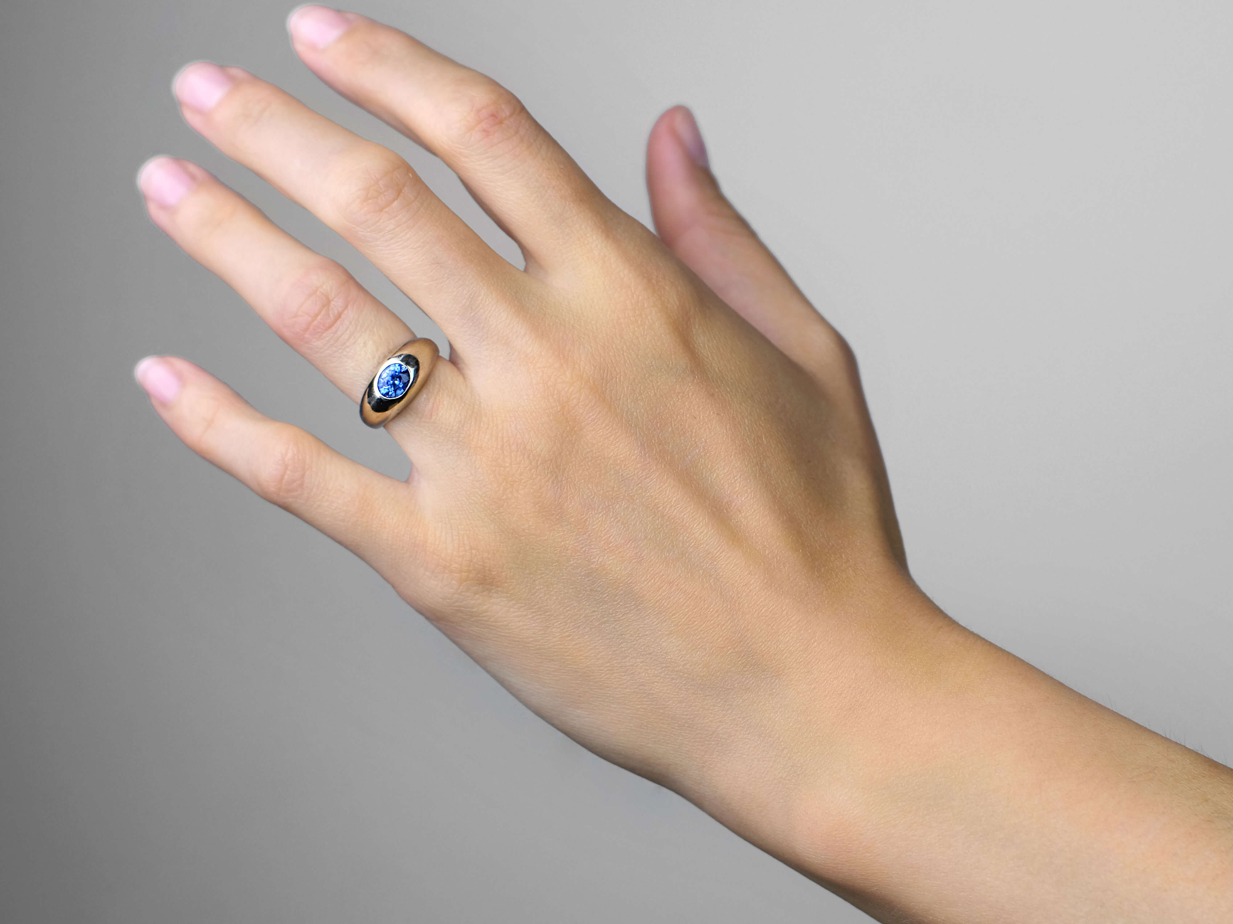 14ct White Gold Ring Set With an Oval Ceylon Sapphire
