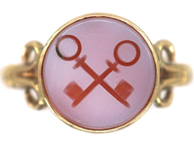 Victorian 9ct Gold Signet Ring set with a Carnelian with Intaglio of Two Cross Keys