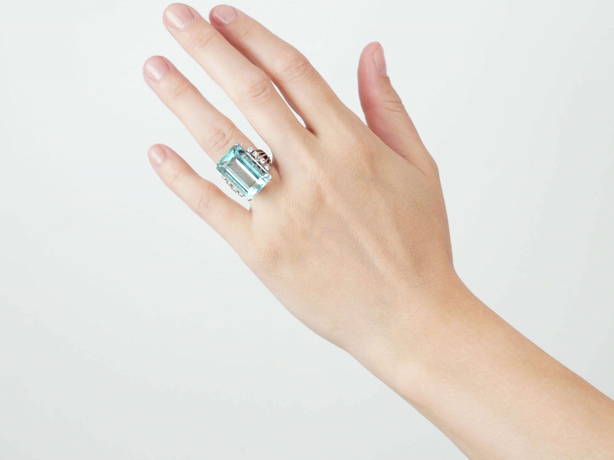 18ct White Gold Ring set with a Large Aquamarine & Diamonds